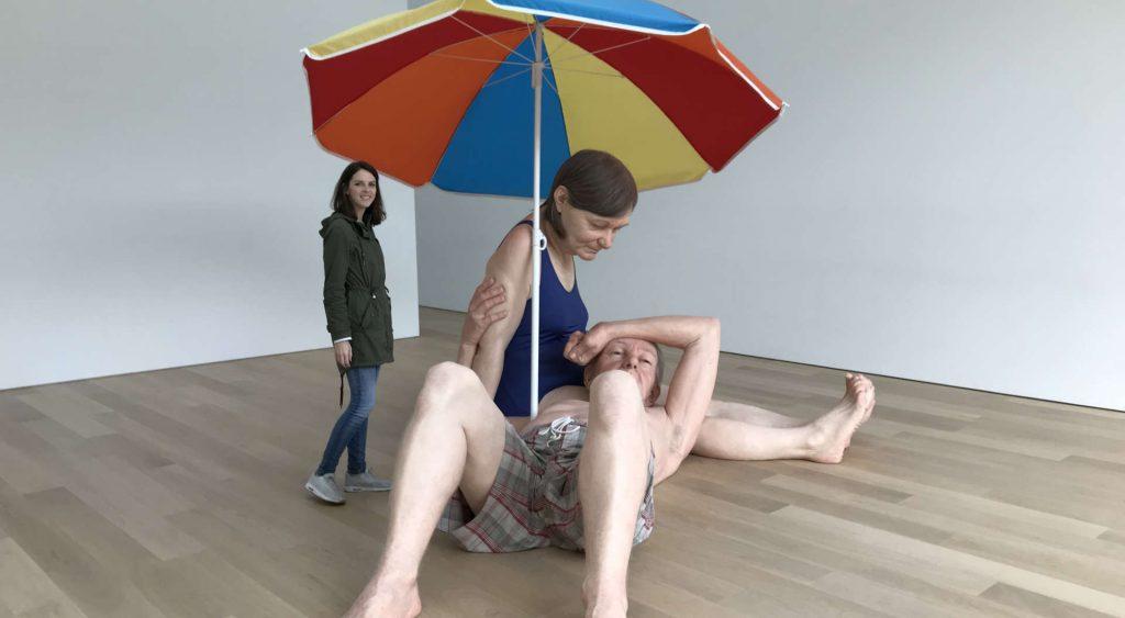 Couple under an Umbrella van Ron Mueck in Museum Voorlinden